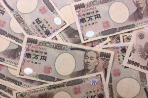 お金の散らばっている画像